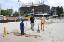 Dokončování hřišť pro plážový volejbal na pražské Štvanici, kde se v rámci Světového okruhu představí také tři české páry.