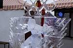 Olympijské ledové sochy na střeše Galerie Harfa v Praze.