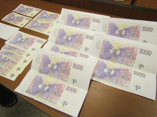 Proměnit nepravé peníze ve skutečné bankovky tak pro padělatele nebyl velký problém. Celkem udělal asi 70kusů tisícovek.