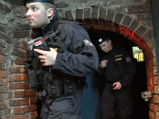 Na kontroly dánské mládeže, jež v Praze hromadně tráví jarní prázdniny, a to často popíjením, vyrážejí policisté v doprovodu svých kolegů z Dánska. Navštěvují kluby a bary v centru Prahy a zajímají se o doklady a o hladinu alkoholu u osob mladších 18 let.