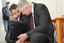 Z kauzy plukovníka Národní protidrogové centrály Miroslava Vogela u pražského městského soudu. Policista podle obžaloby kryl trestnou činnost svého informátora, který ve velkém prodával pervitin.