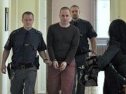 Štěpán O. se u Městského soudu v Praze zpovídá ze snad neotřesnějšího zločinu, jaký si lze vůbec představit. Z vraždy matky.
