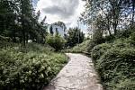 Fotografie k výročí 15. let od ničivých povodní 2002 v Praze. Snímek je z 9. srpna z pražské zoologické zahrady. Na snímku pavilon goril.