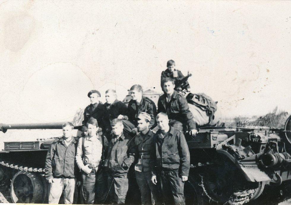 Tadeusz Oratowski (druhý zleva) s příslušníky svého pluku.
