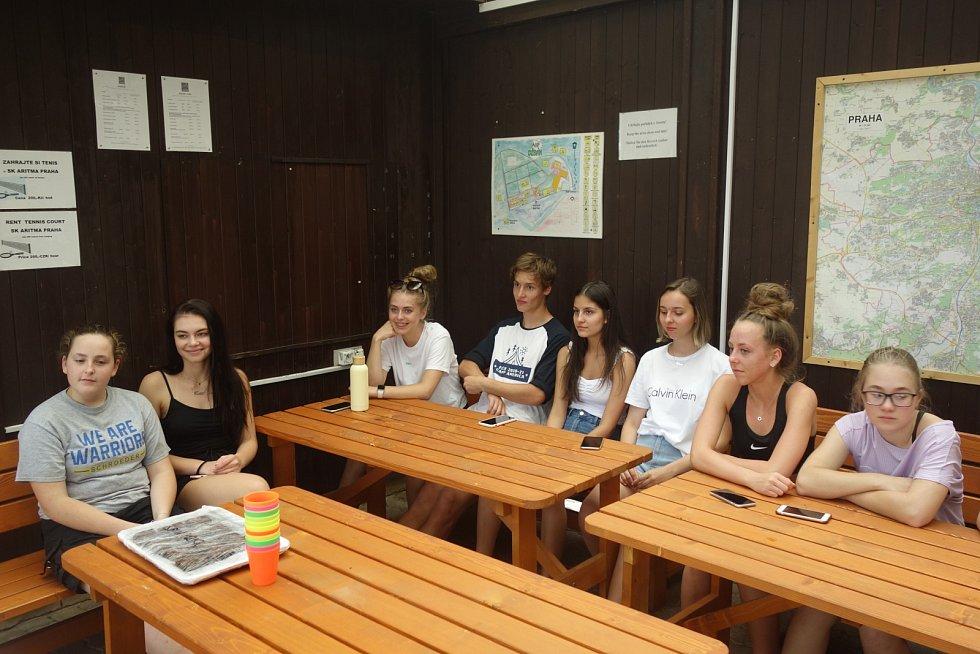 Studenti nemohli odletět do USA, sešli se v pražském kempu.