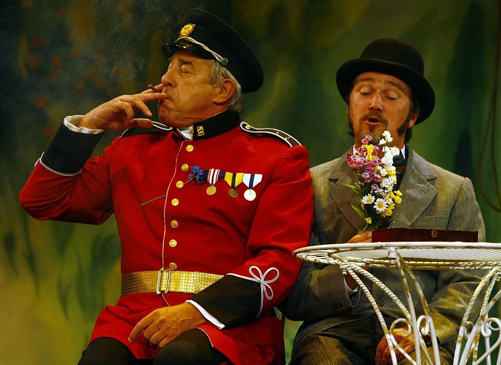 Charleyova teta. Zdeněk Maryška jako Sir Francis Chesney (vlevo) a Martin Sitta jako Stephen Spetique.