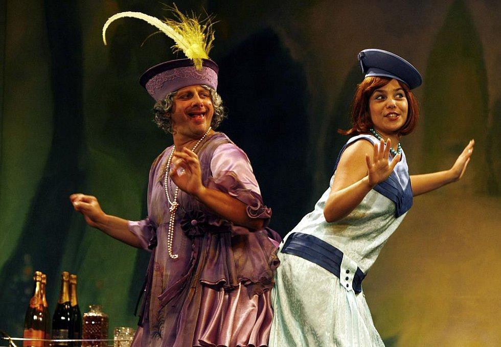 Charleyova teta. Představitel titulní role Radek Holub (vlevo) a Tereza Němcová jako Amy.