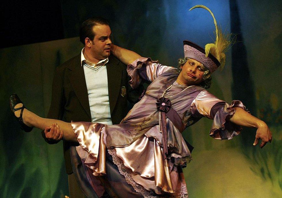 Charleyova teta. Představitel titulní role Radek Holub (vpravo) a Roman Štabrňák jako Jack Chesney.