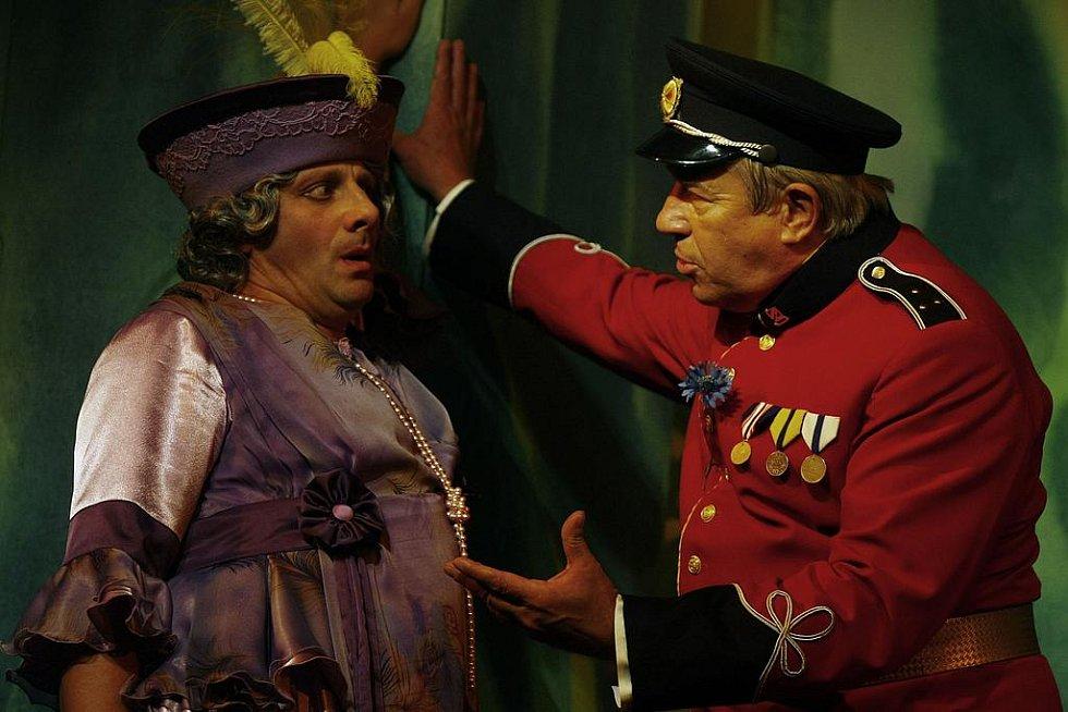 Charleyova teta. Představitel titulní role Radek Holub (vlevo) a Zdeněk Maryška jako Sir Francis Chesney.