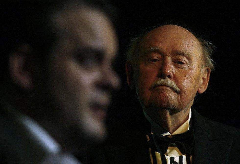 Charleyova teta. Roman Štabrňák jako Jack Chesney a Lubomír Lipský jako sluha Brasset (vpravo).