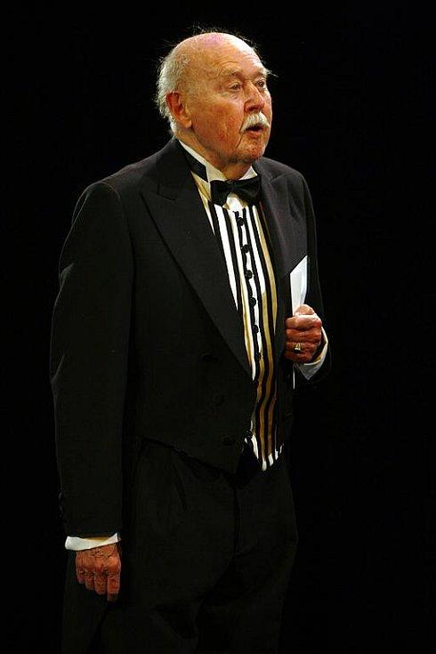 Charleyova teta. Lubomír Lipský jako sluha Brasset na kostýmové zkoušce připravované komedie Jevana Brandona Thomase.