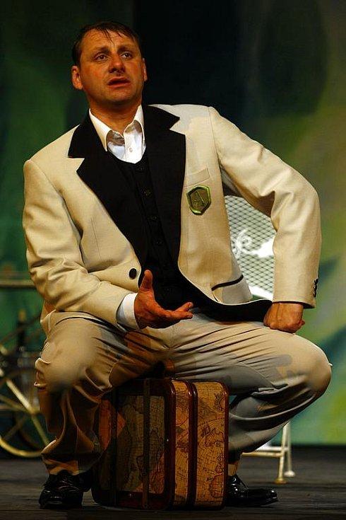 Charleyova teta. Představitel titulní role Radek Holub na kostýmové zkoušce připravované komedie Jevana Brandona Thomase.