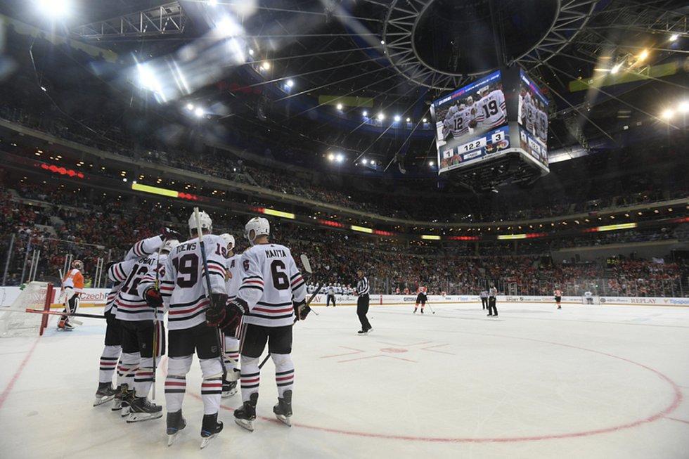 Philadelphia - Chicago - Utkání NHL Global Series: Philadelphia - Chicago, 4. října 2019 v Praze. Hráči Chicaga se radují z gólu.
