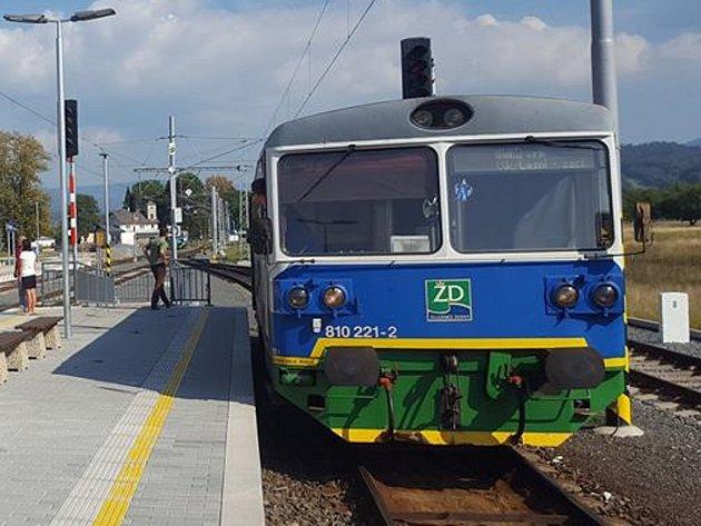 Jeden ze tří motorových vozů 810, které pořídil AŽD Praha