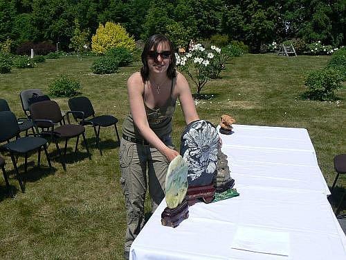 Pivoňková louka slouží v botanické zahradě odpočinku, 11. května byla místem pro improvizovanou výstavku kamenů suiseki.