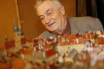 Jiří Bouda si prohlíží Langweilův model Prahy.