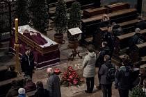 Lidé se přicházeli rozloučit se zesnulým kardinálem Miloslavem Vlkem do katedrály sv. Víta.