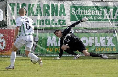 JEDEN GÓL BYL MÁLO. Pavel Hašek překonává blšanského brankáře Martina Svobodu.Klokani se už na další gól nezmohli a výhru v narvaném ďolíčku neslavili.