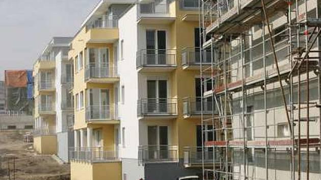 Nedaleko stanice metra Luka ve Smíchovské ulici staví dělníci 140 nových bytů.