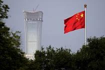 Čínská vlajka v Pekingu, v pozadí mrakodrap China Zun. Ilustrační foto.