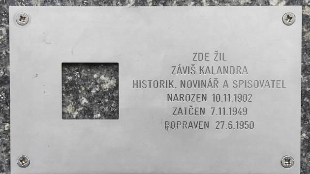 Plaketa na domě v pražské ulici Revoluční od 26. června 2020 připomíná filosofa a historika Záviše Kalandru, odsouzeného k smrti v procesu s Miladou Horákovou.