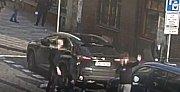 Mladíci zadrželi muže, který rozbil okno u zaparkovaného auta.
