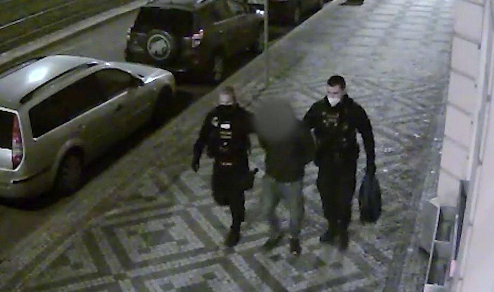 Policie hledá ženu, která byla svědkem napadení u zastávky Urxova.