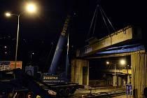 Dělníci v noci na 16. ledna odstranili most železniční vlečky v pražské Podbabě. Sejmutí mostu je součástí přípravných prací na výstavbu tramvajové trati v této oblasti.