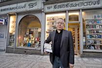Největším problémem pro malá kamenná knihkupectví jsou internetové obchody a jejich velké slevy. Podle Svazu českých knihkupců a nakladatelů v posledních letech v Česku zaniklo přes 170 knihkupectví. Na konci ledna zavře i pan Seidl.