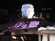 generálka před premiérou opery Jiřího Kadeřábka Žádný člověk, jejíž děj pojednává o osudu sochaře Otakara Švece a jeho díla Stalinova pomníku.