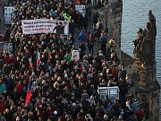 Protestní pochod Prahou proti premiérovi Andreji Babišovi (ANO) se konal 17. listopadu. Na snímku prochází přes Karlův most.