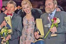 Legendární Železník odešel na věčné pastviny v roce 2007, přesto letos získal ocenění, když zvítězil v anketě o nejoblíbenějšího koně dostihové historie. Cenu pro něj přebíral od Veroniky Žilkové jeho žokej Josef Váňa (vlevo) a majitel František Novák.