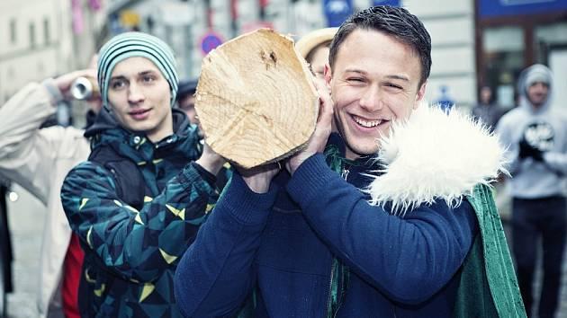 Majálesový měsíc studentů v Praze odstartoval, kandidáti na krále postavili májku.