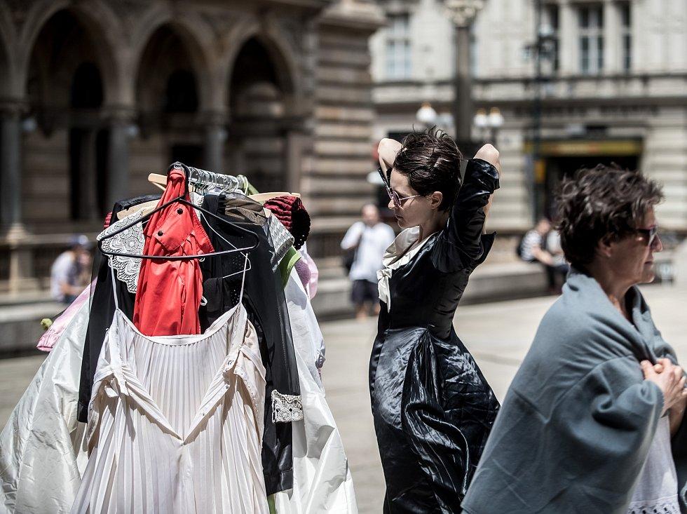 Tanečnice Miřenka Čechová a Sabine Seumeová pokračovaly dopoledne 23. června na pražském náměstí Václava Havla (dříve piazzeta Národního divadla) v třicetihodinovém představení Momentum. Představení inspirované japonským tanečním uměním butó, které nabízí