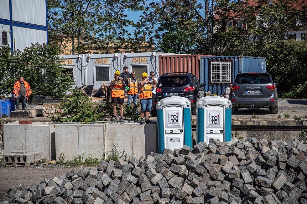 Novináři si mohli prohlédnout zrekonstruovaný Negrelliho viadukt v centru Prahy 29. května 2020. Na snímku dělníci dívající se na zvláštní vlak.