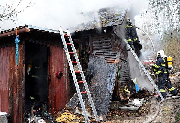 Bezdomovcům shořela střecha nad hlavou.
