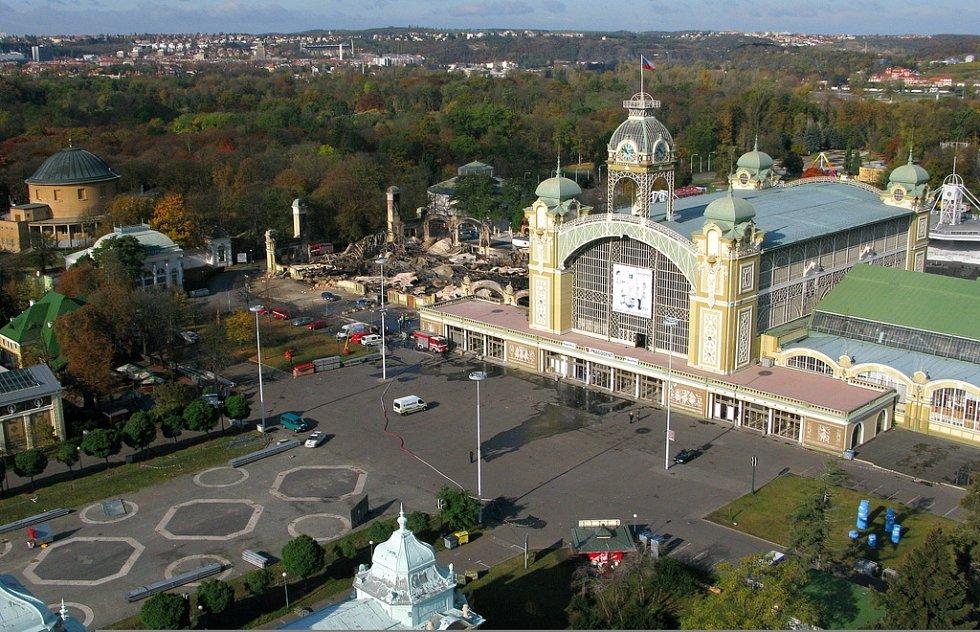 Letecký pohled na shořelé levé křídlo Průmyslového paláce na Výstavišti.