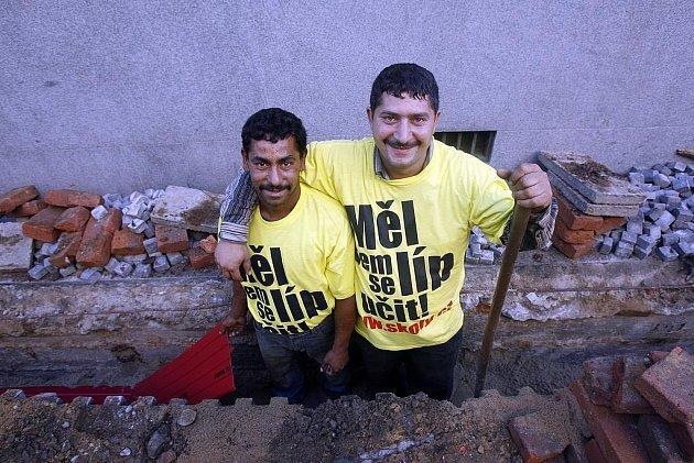 MÍSTO BILLBOARDU POHLED DO VÝKOPU. Do netradiční kampaně se zapojili zaměstnanci stavební firmy.