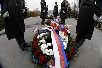 NEZAPOMÍNAJÍ. U příležitosti Dne válečných veteránů se v Praze na Vítkově uskutečnilo vzpomínkové setkání za účasti nejvyšších představitelů vlády a resortu obrany.
