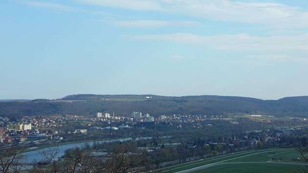 Pohled na vrch Čihadlo ze severu z Chuchelského háje. Nejvyšší bod se nachází v levé části hřebene, pod ním nezalesněné zemědělské plochy a letiště.