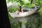 Nejen zámek, ale i okolní prostředí patří u filmařů mezi oblíbené - na snímku Huťský rybník u francouzského parku.