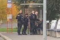 Agresivní zákrok policisty proti muži bez roušky.