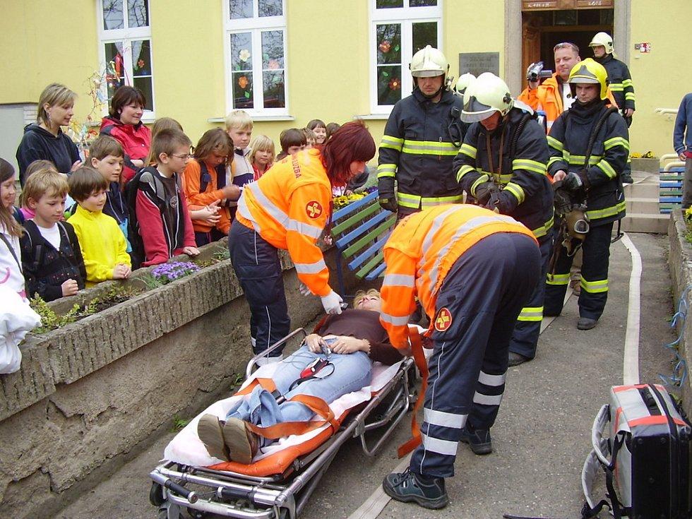 CVIČENÍ. Požár školy ve Zvoli se stovkou evakuovaných lidí a zraněnou učitelkou uvnitř loni v dubnu byl naštěstí jen prověřovacím cvičením. Ale ostatní zásahy jsou vždy naostro.