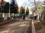 Základní školy v Bohnicích obchází strach. Policie prověřuje lákání dětí do aut