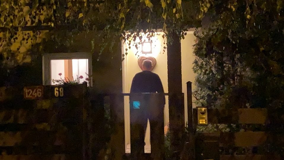 Muž podezřelý z vraždy své manželky v Radotíně je vyšetřován na svobodě. Před místem činu musela hlídat policie.
