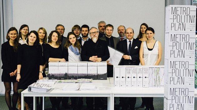 CELÝ TÝM IPR, který se podílel na novém Metropolitním plánu. Nechybí ani vedoucí architekt Roman Koucký.