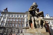 Sousoší na kašně na pražském Uhelném trhu zničili v noci na 20. března opilí mladící. Jedním z nich je syn bývalého pražského primátora Pavla Béma. Snímek je z 21. března.