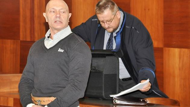S potvrzeným 16letým trestem za zastřelení právníka, k čemuž došlo 19. května 2012 v garáži domu ve Výhledové ulici v Praze 5, odešel od odvolacího senátu Vrchního soudu v Praze 51letý Petr Štalzer z Brandýsa nad Labem. Na snímku Štalzer s obhájcem.
