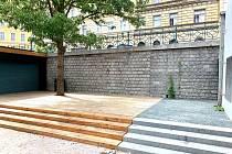 Pod povrchem Kostnického náměstí je nově umístěna retenční nádrž.