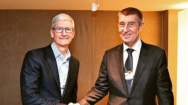 Český premiér Andrej Babiš (ANO) se v Davosu sešel s Timem Cookem, šéfem americké společnosti Apple.